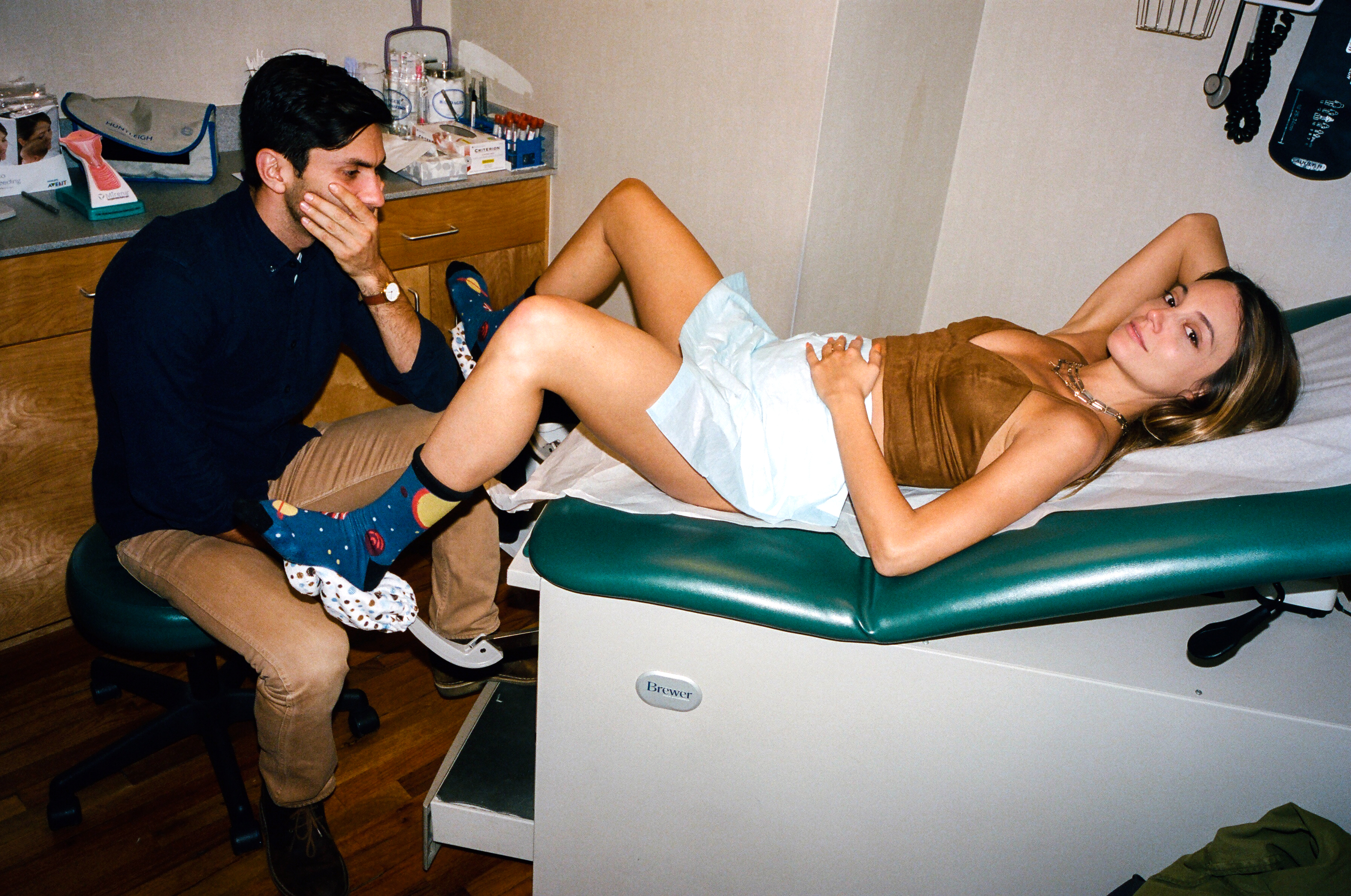 laura-perlongo-and-nev-schulman-fooling-around-at-doctor
