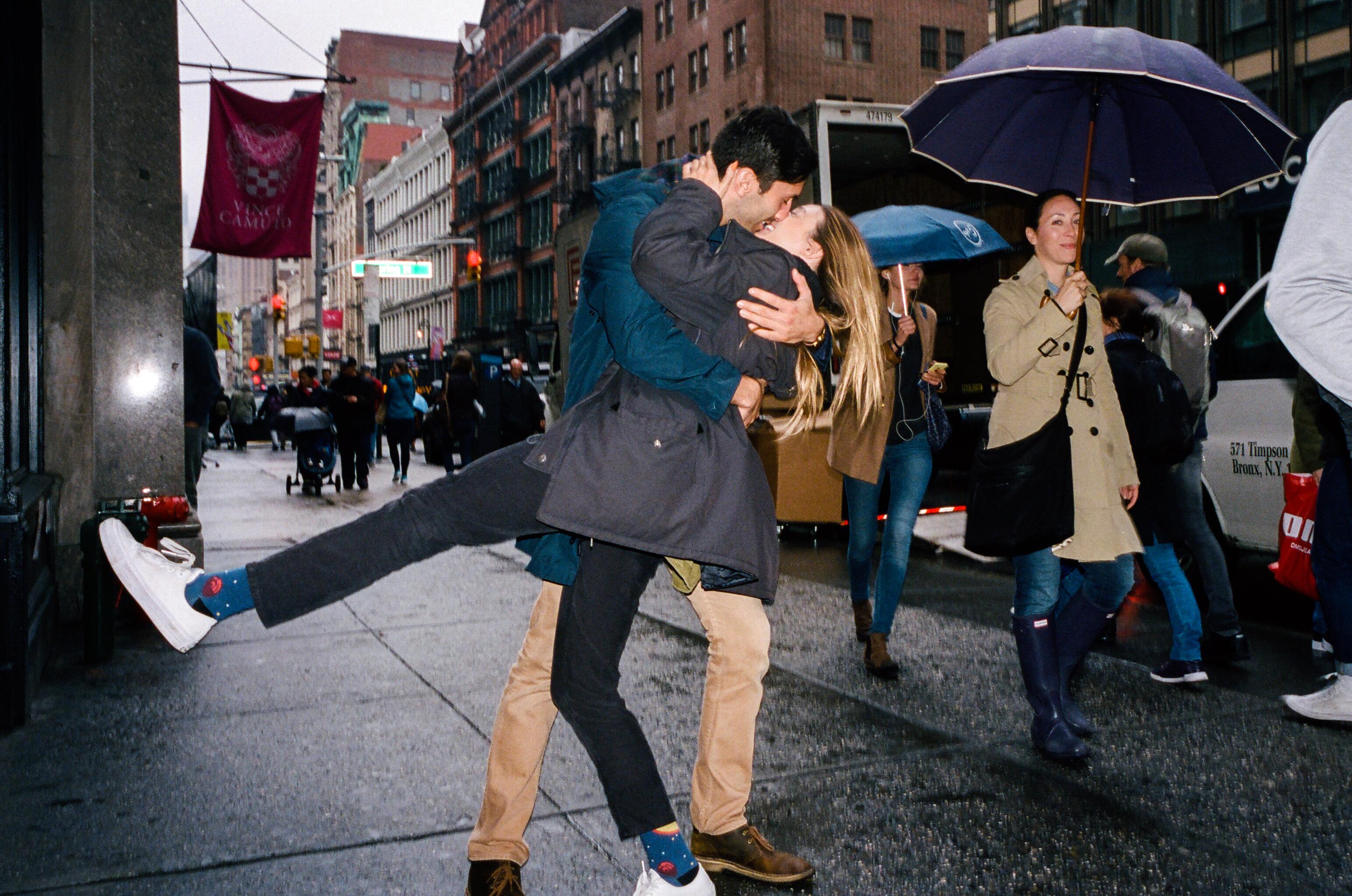 laura-perlongo-and-nev-schulman-kiss-in-the-rain
