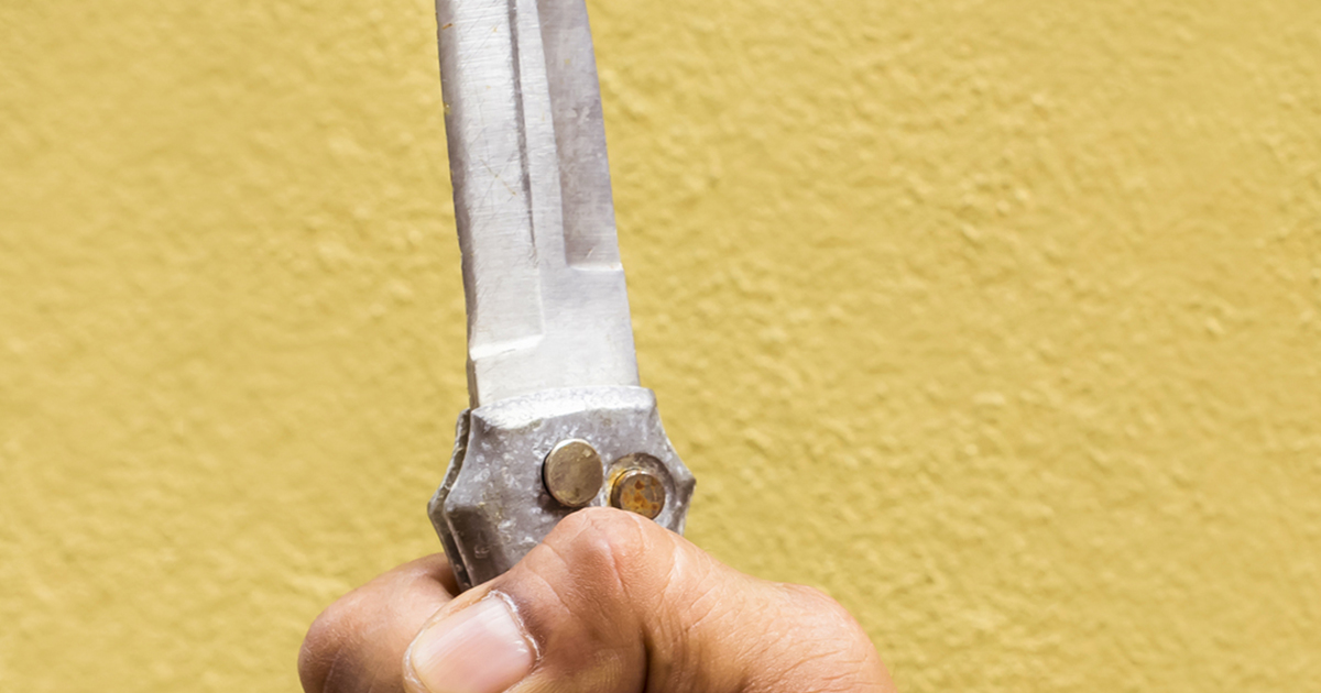 hand-holding-knife