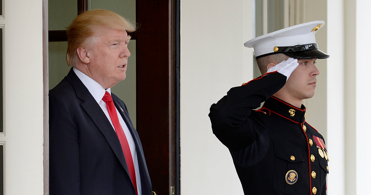 trump-and-soldier